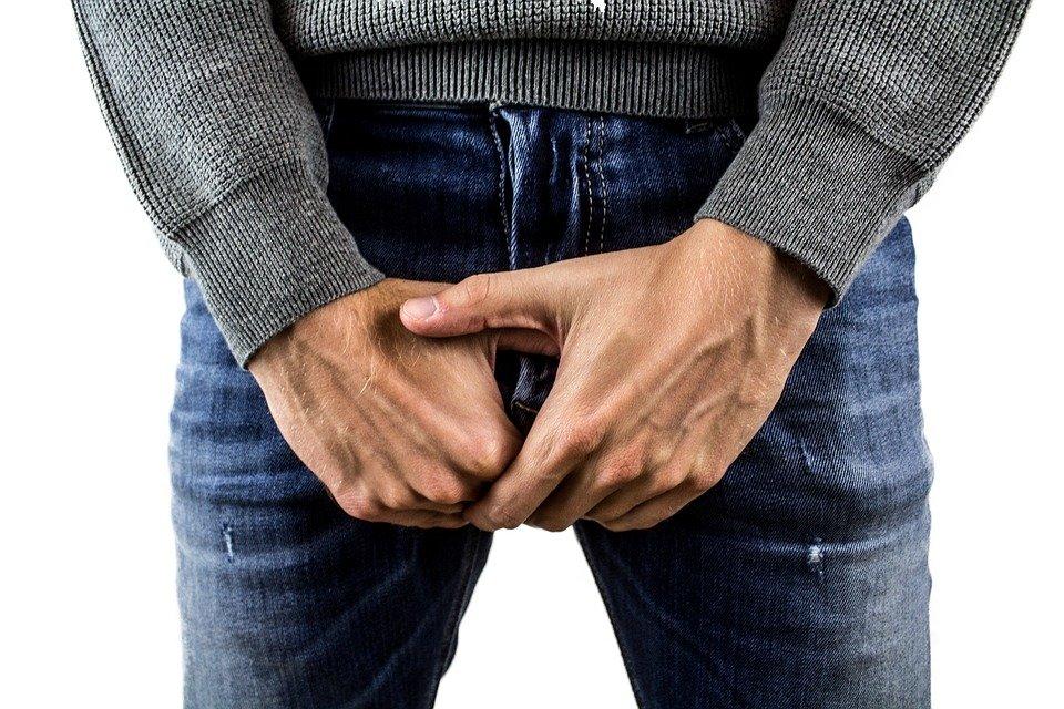 Hombre sosteniendo sus testículos. | Imagen: Pixabay