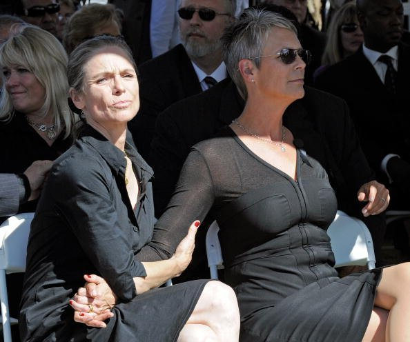 Kelly Curtis (L) and her sister, actress Jamie Lee Curtis, attend the funeral for their father Tony Curtis at Palm Mortuary & Cemetary October 4, 2010, in Henderson, Nevada. | Source: Getty Images.