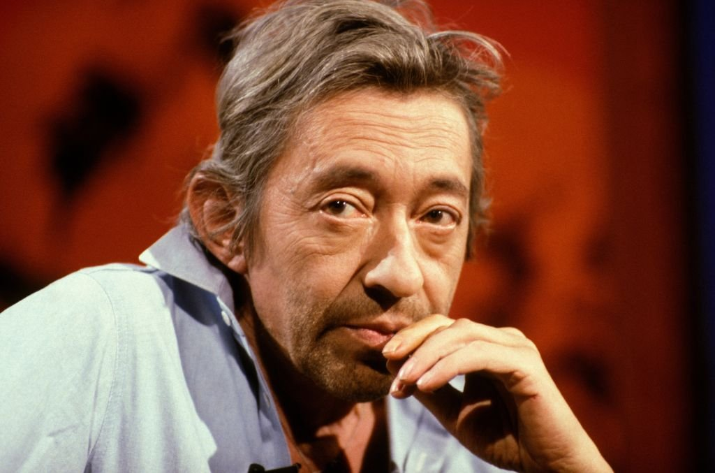 Serge Gainsbourg sur le plateau de l'émission de télévision Le Divan le 3 août 1989 à Paris, France. | Photo : Getty Images