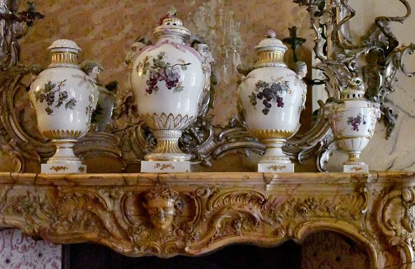 Porcelain lidded vases stand on a mantelpiece in an apartment of the royal apartment in the New Palace | Photo: Getty Images