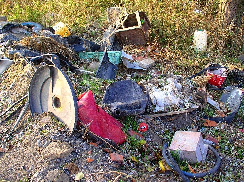 Desperdicios en un patio   Foto archivo: Max Pixel