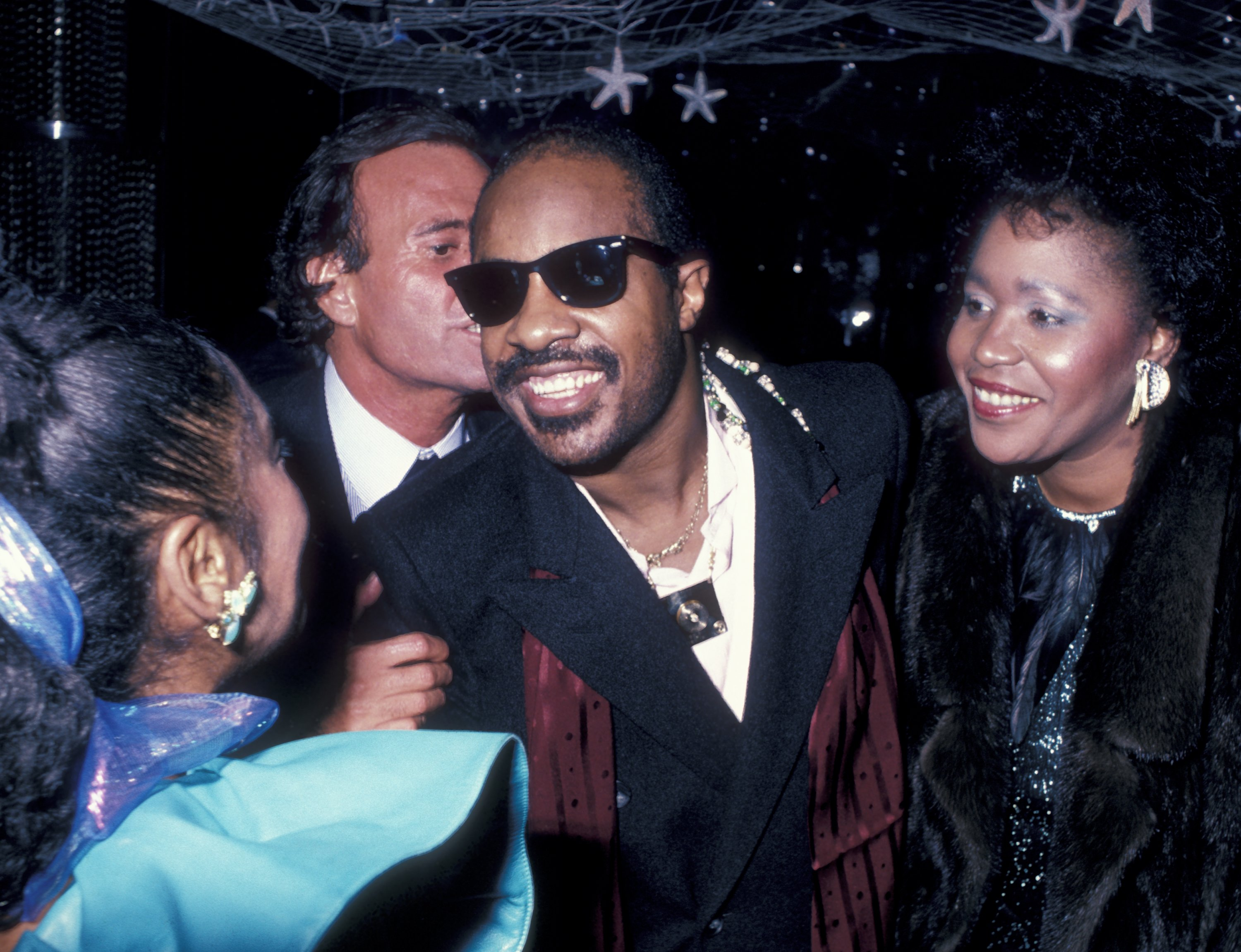 Stevie Wonder and Yolanda Simmons attend a New Year's Eve party at Regine's in New York City on December 31, 1985 | Photo Getty Images