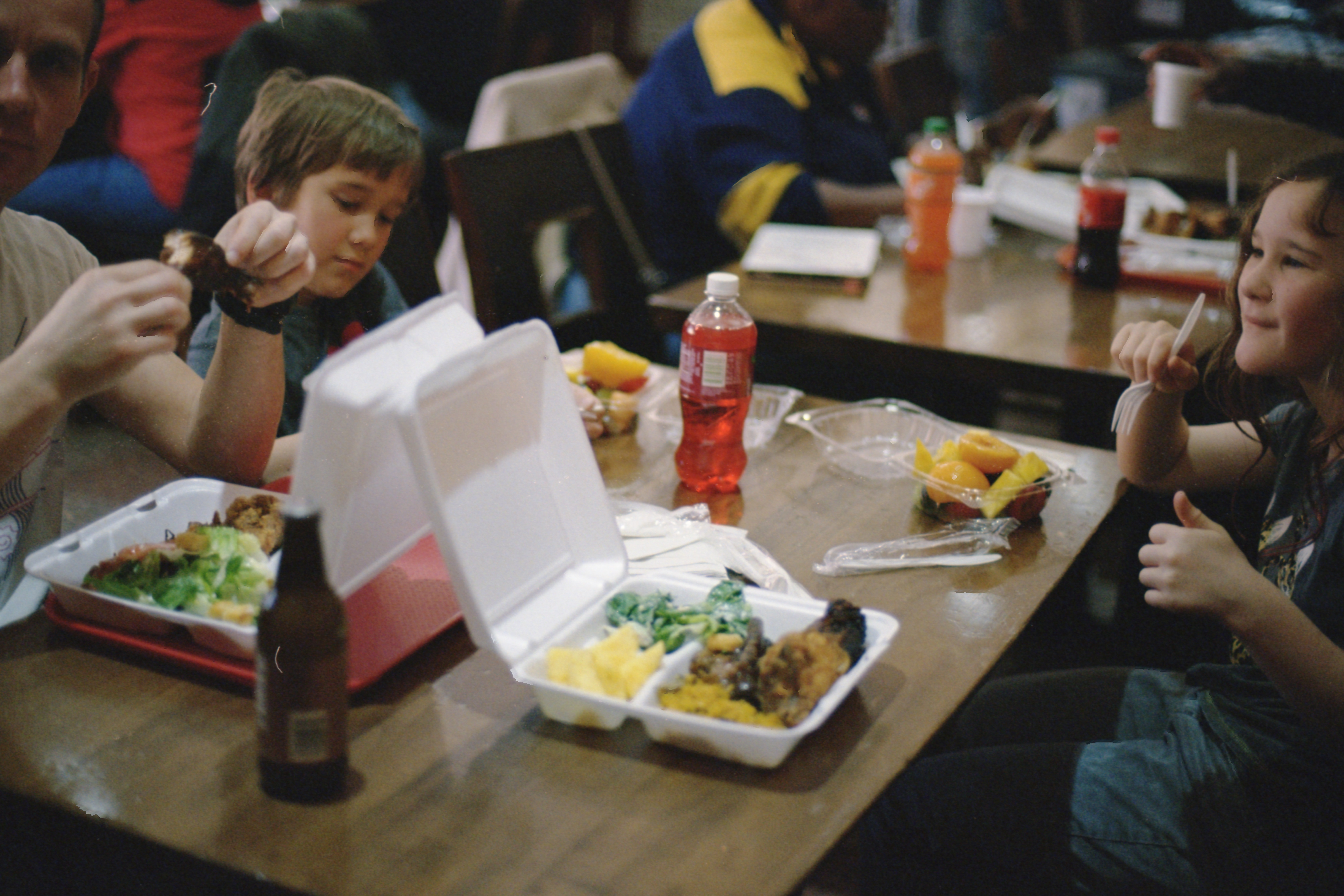 Kids dining with their family | Photo: Unsplash