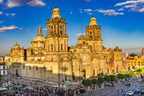 Catedral Metropolitana y Palacio del Presidente en Zócalo, Centro de la Ciudad de México. | Fuente: Shutterstock.