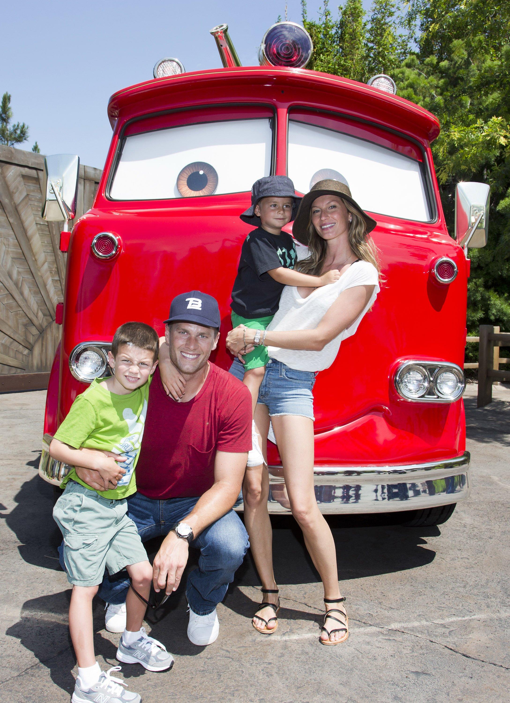 Tom Brady, son fils Jack, 5 ans, Gisele Bundchen, et leur fils Benjamin, 3 ans, posent avec Red the Fire Truck à Cars Land au parc Disney California Adventure  Source: Getty Images