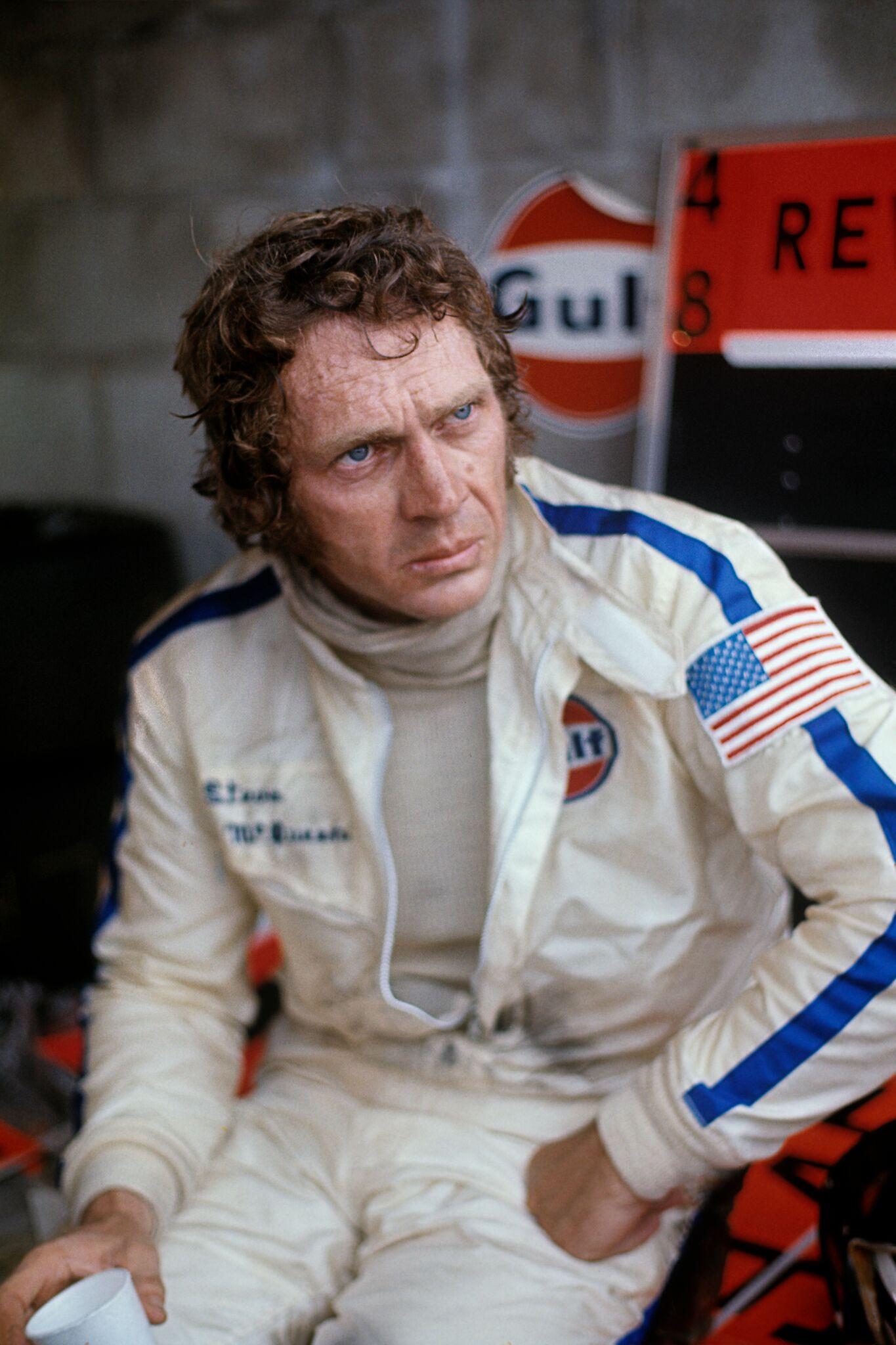 Steve McQueen vêtu d'une tenue de course. l Source: Getty Images