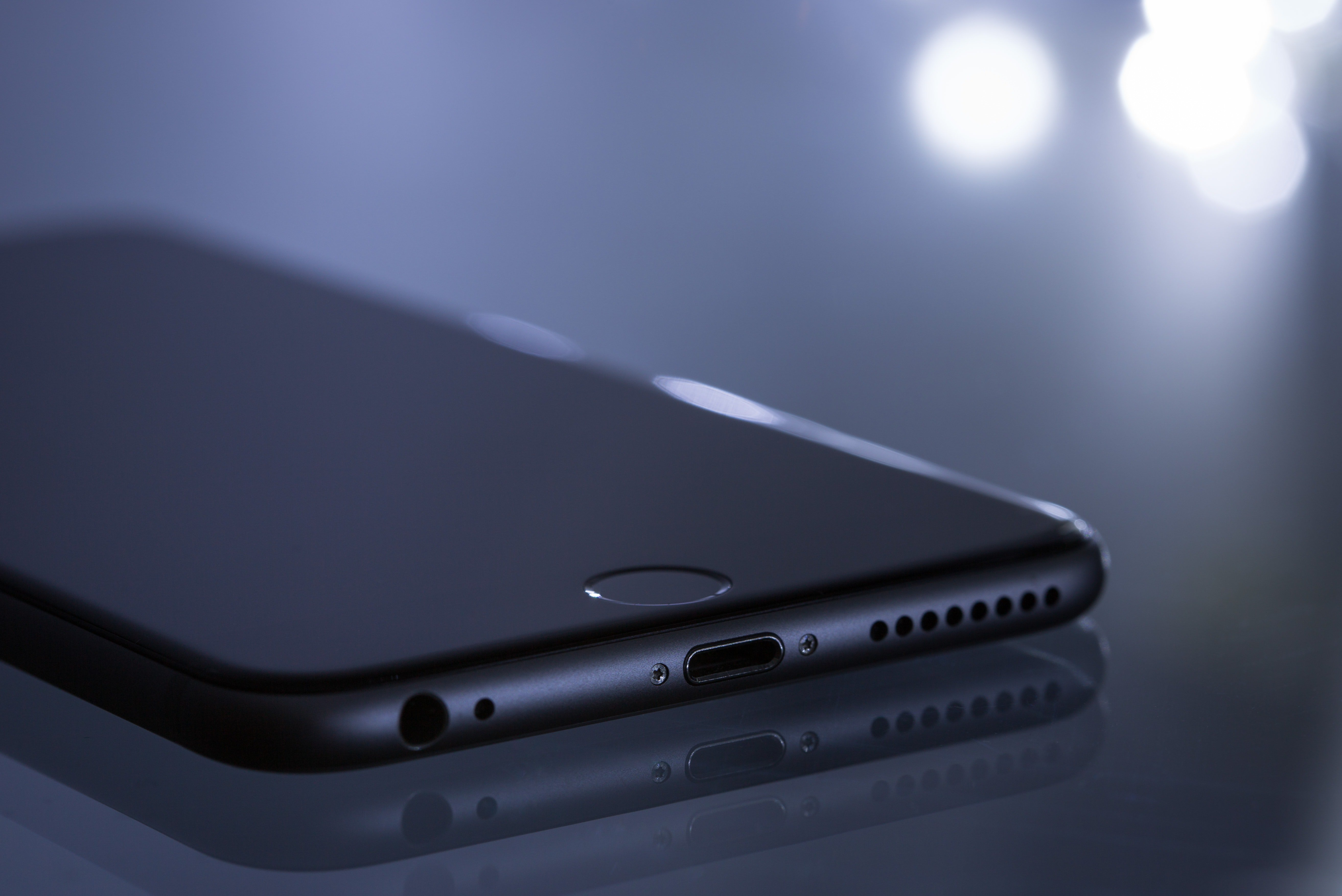 Pictured - A photo of a Space Gray iPhone 6 on the desk | Source: Pexels