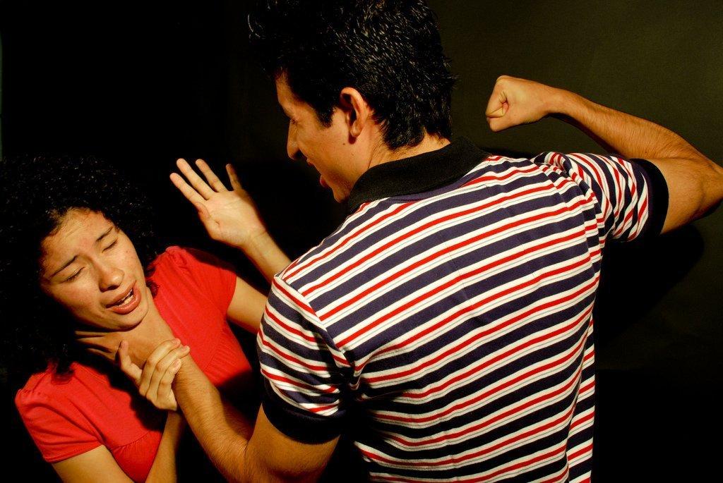Hombre amenazando a su mujer con un puño. | Imagen: Flickr