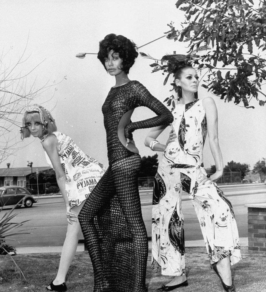 Donyale Luna posando con un vestido de ganchillo transparente hasta el suelo. Año 1967. | Imagen: Flickr