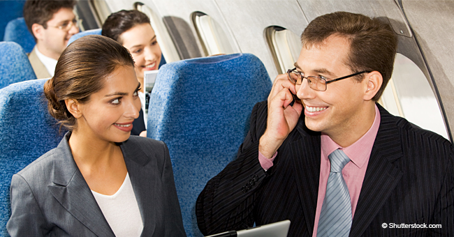 Une dame très distinguée a demandé une faveur au prêtre dans l'avion