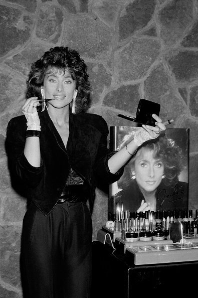 Julie Pietri présente sa gamme de maquillage à Paris le 15 mars 1985, France. | Photo : Getty Images
