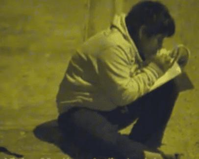 Víctor estudiando en la calle. | Imagen tomada de: Facebook/Municipalidad Distrital de Moche
