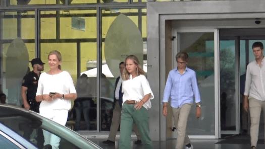 Infanta Cristina y sus hijos saliendo del hospital Quironsalud Madrid. |Imagen: Youtube/Europa Press