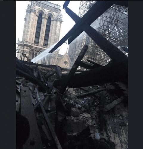 La catedral por dentro, tras incendio del 15 de abril de 2019.   Imagen: Twitter/ Sotiridi