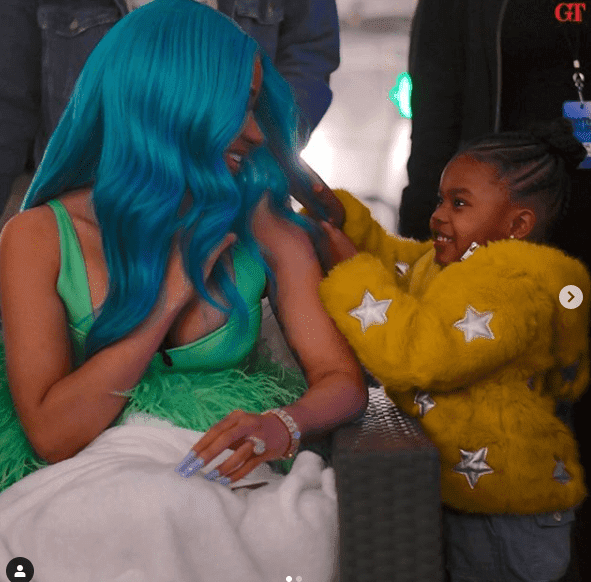 Cardi B let little Junie play with her hair. | Photo: Instagram/teyanataylor