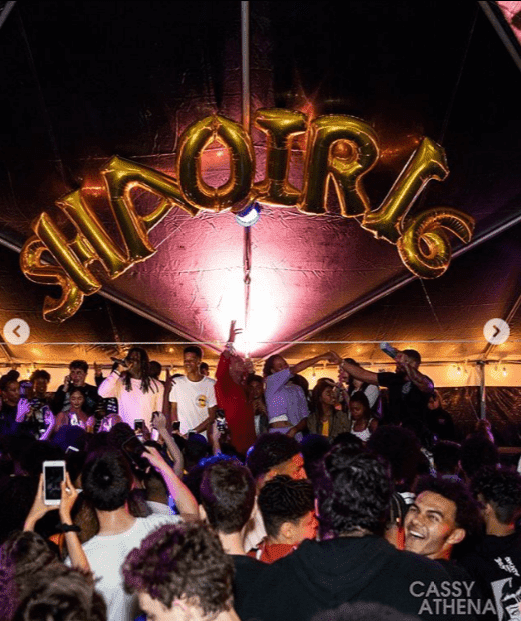 Large balloons decorated the venue. | Source: Instagram/cassyathenaphoto