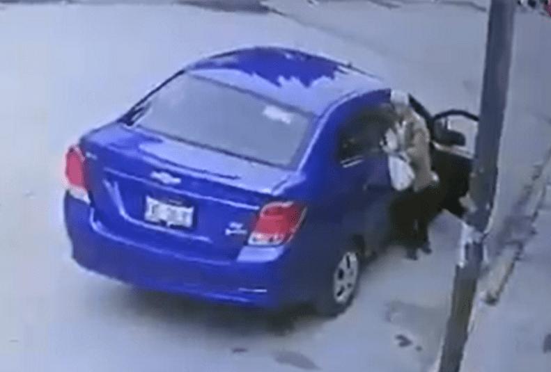 El abuelo se baja del vehículo.| Fuente: Facebook/Municipios Puebla