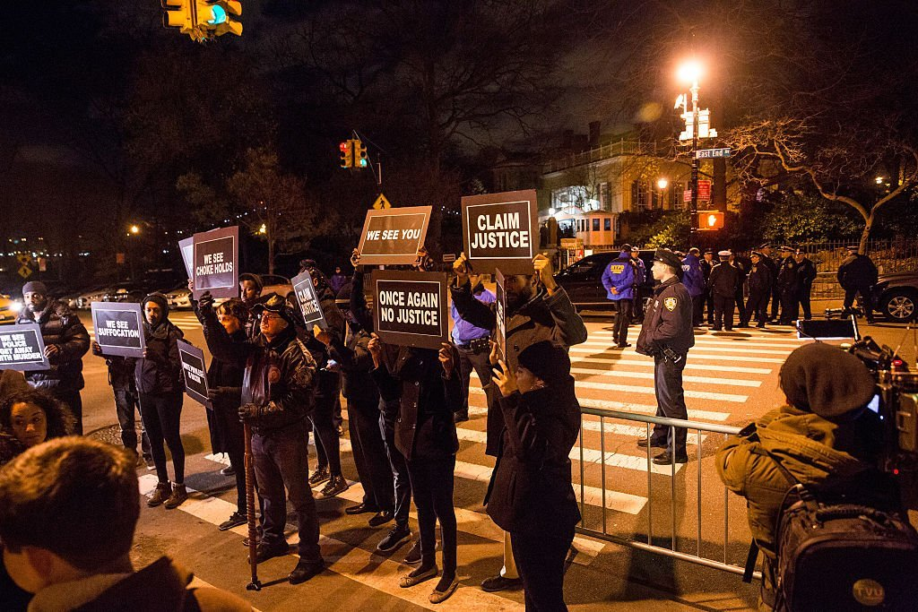 Activists protest outside Gracie Mansion, the traditional home of New York City mayors, calling for further action against Daniel Pantaleo, the New York Police Officer who used a New York Police Department banned choke hold and killed Eric Garner while detaining him in 2014 | Photo: Getty Images