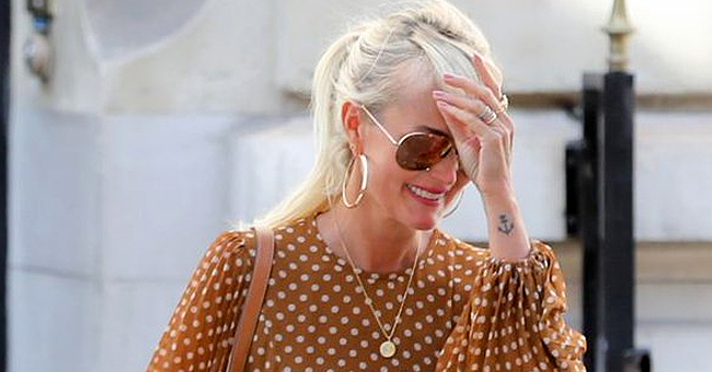 Laeticia Hallyday de nouveau amoureuse : elle ne porte plus la croix de Johnny à son cou