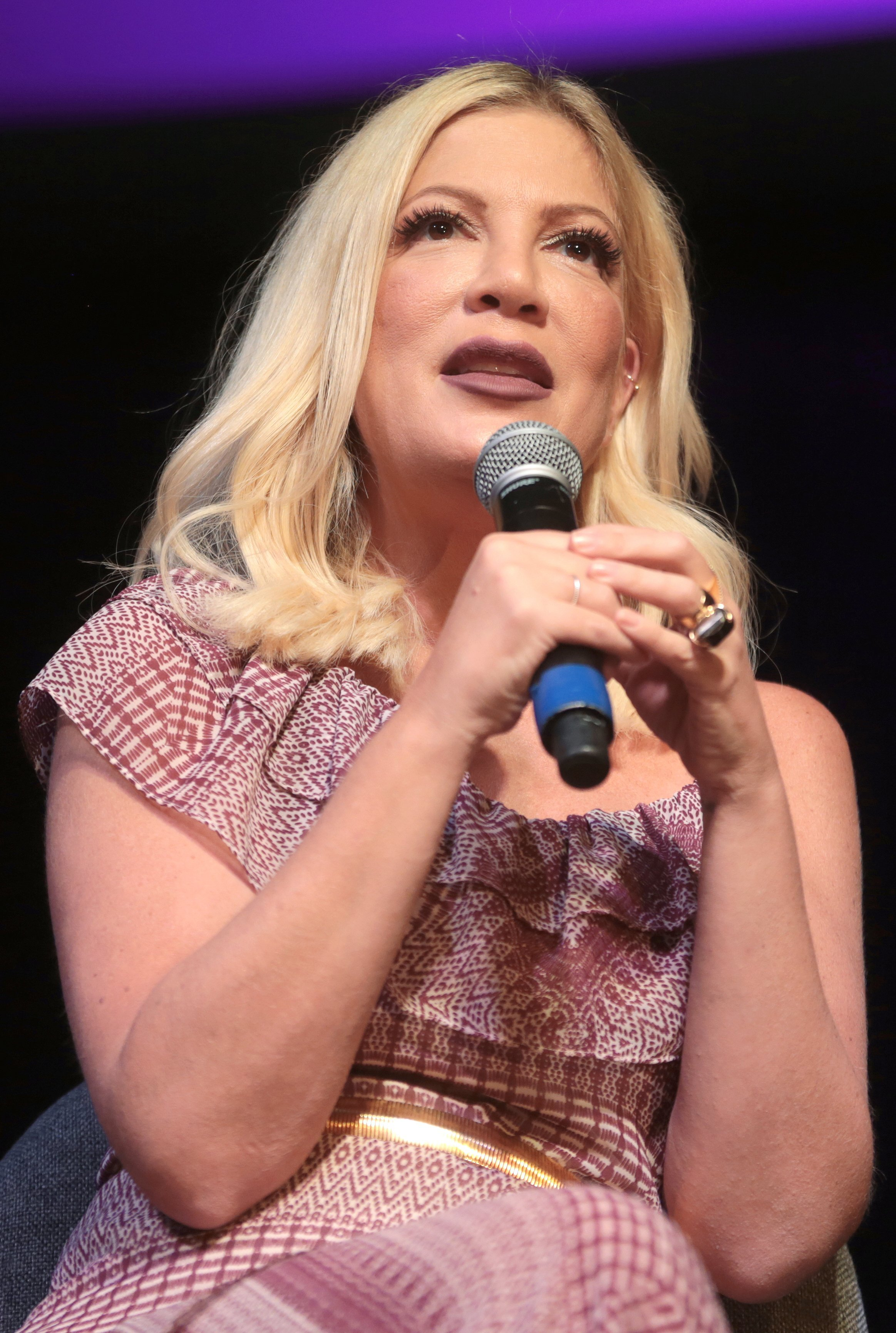 Tori Spelling speaking at an event in Phoenix, Arizona. | Source: Wikimedia Commons