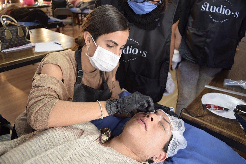 Une femme qui s'est fait les sourcils par une professionnelle. | Image : Pixabay