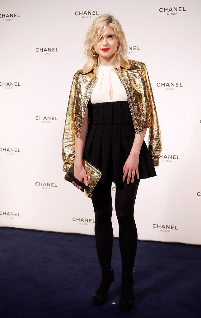 a chanteuse Cécile Cassel durant un diner Chanel en 2015. l Source : Getty Images