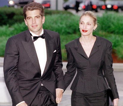 John F. Kennedy, Jr. and his wife Carolyn Bessette Kennedy at the Kennedy Library in Boston, MA | Photo: Getty Images