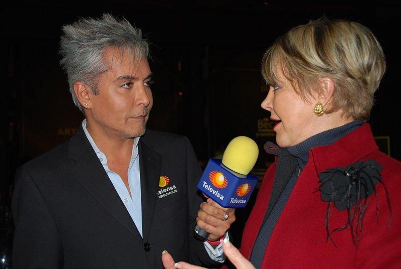 Reportero de Televisa entrevista a la periodista Lolita Ayala.   Foto: Wikipedia