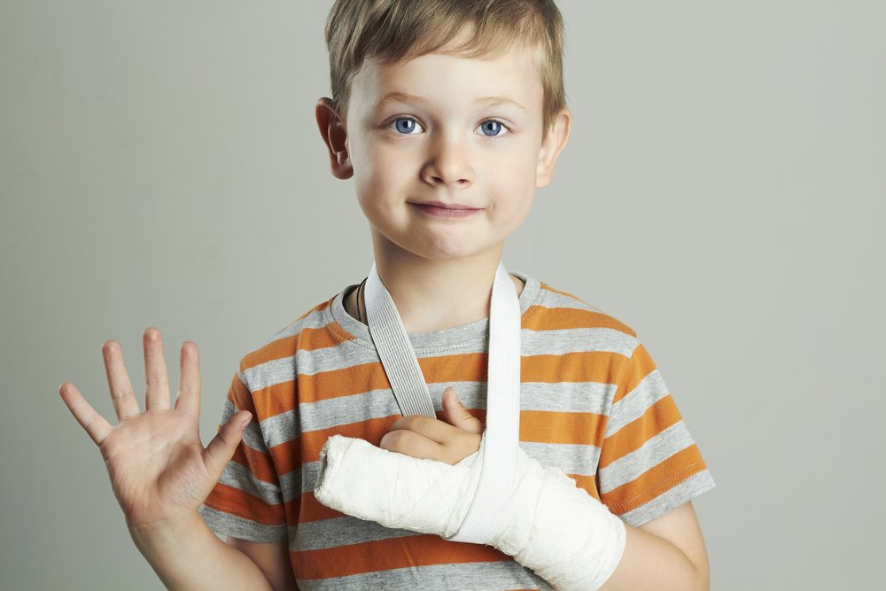 A photo of a young boy with an injured arm. | Photo: Shutterstock