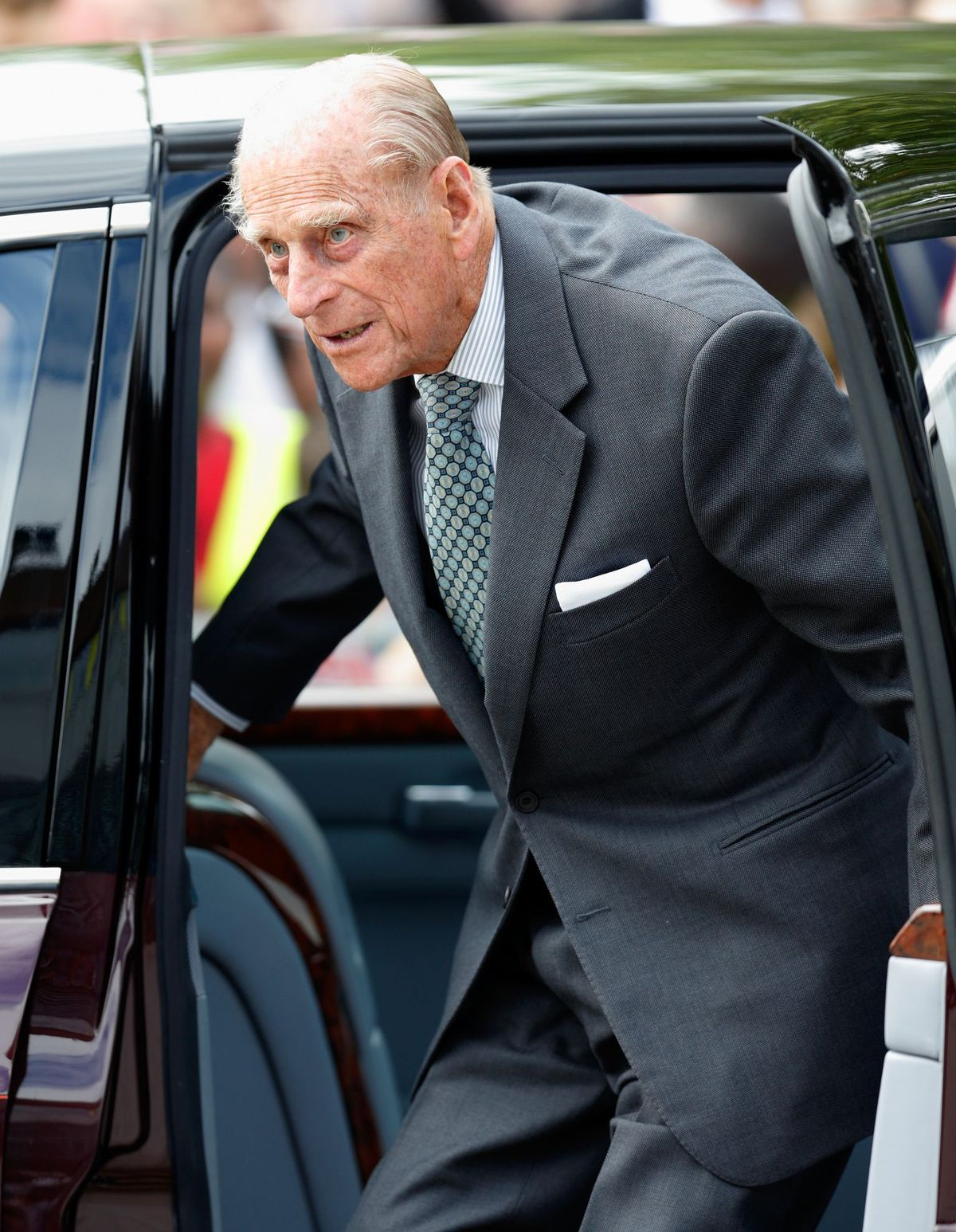 Le prince Philip qui sort de sa voiture | Photo : Getty Images