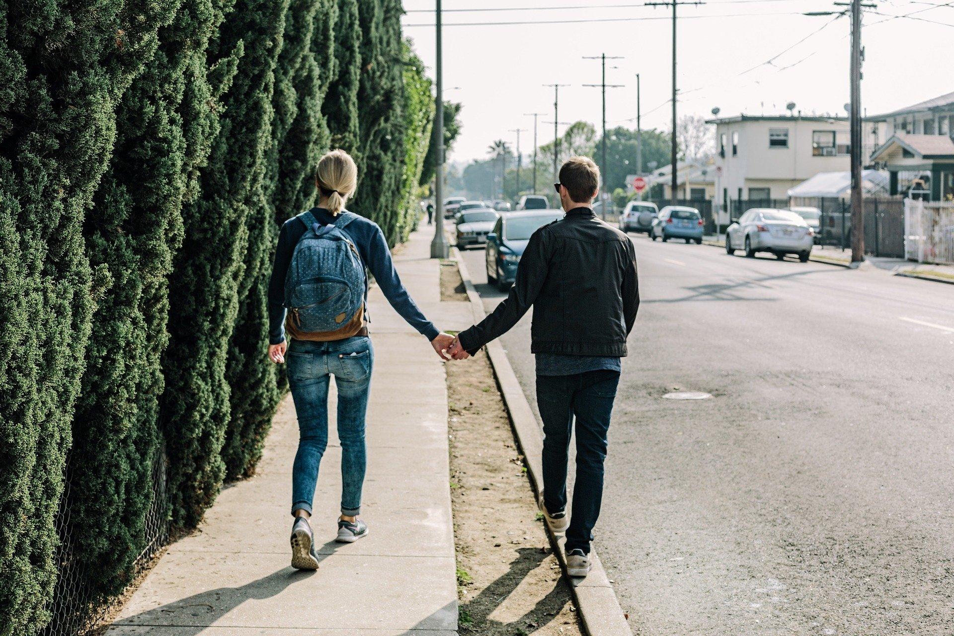 Un couple de jeunes gens amoureux. Photo : Pixabay