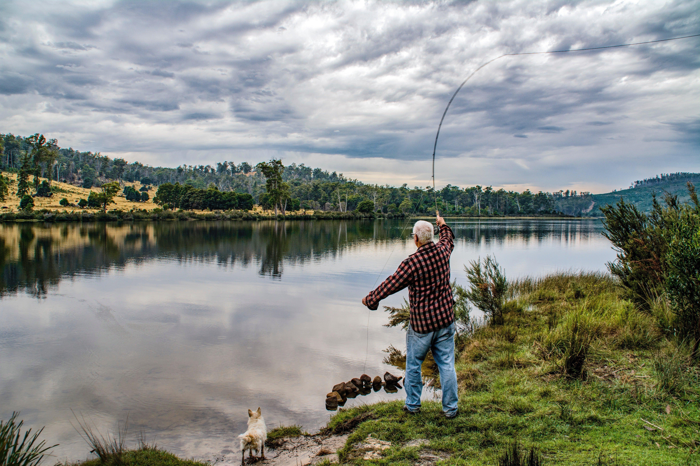 Man fishing at a lake. | Source: Pexels