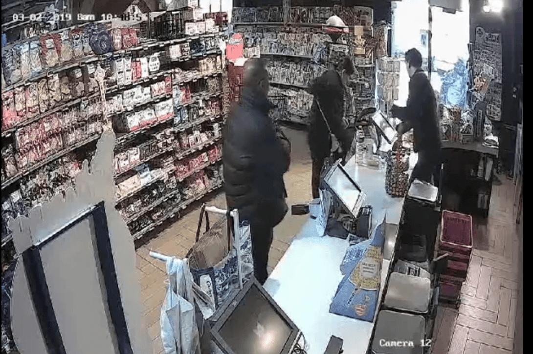L'homme en train de voler la cagnotte destinée à Tylian. | Facebook/Casino Shop Gonesse