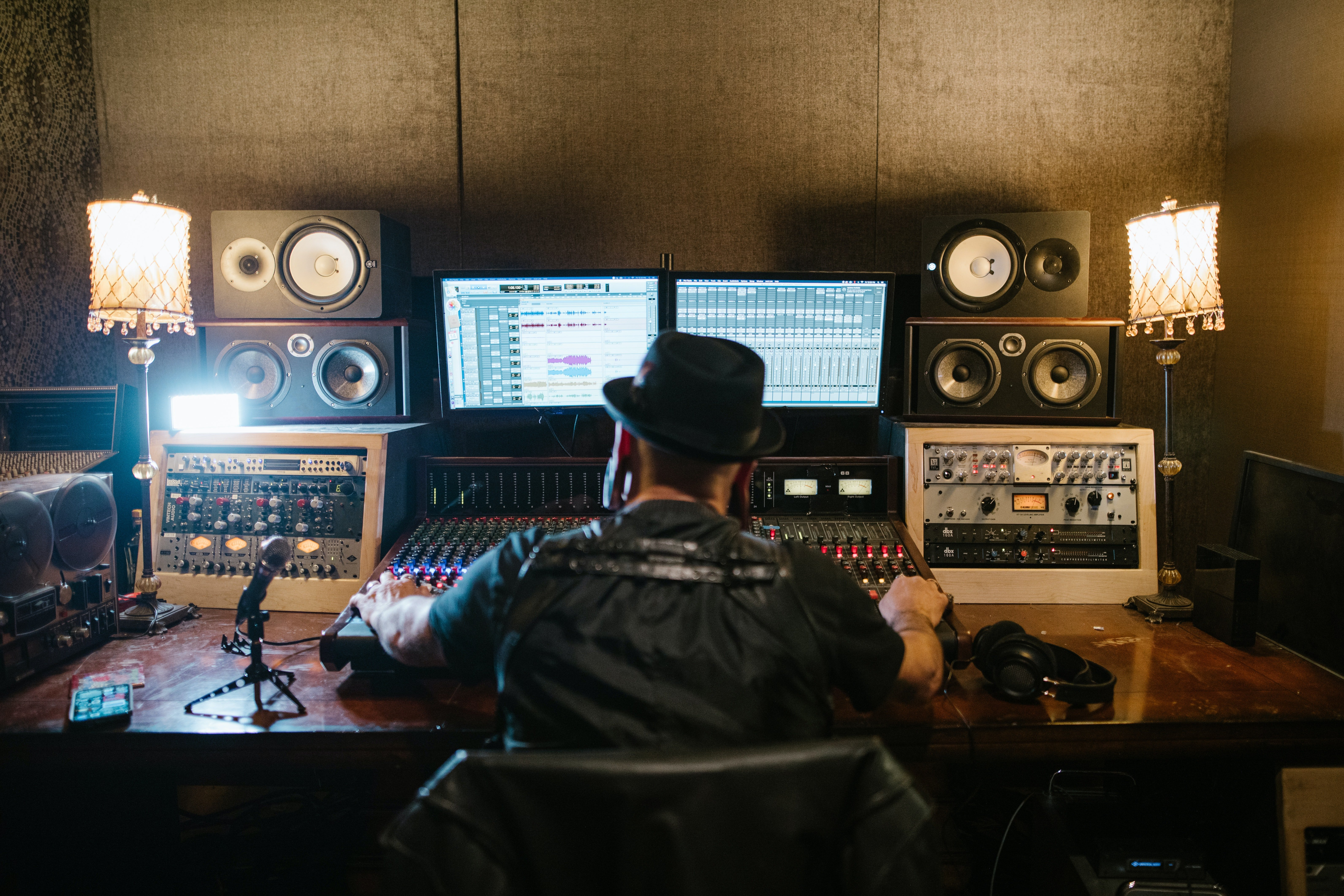The old man turned out to be a music producer. | Photo: Pexels