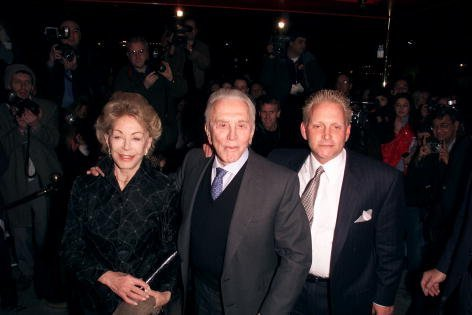 Kirk Douglas, Anne Buydens, and Eric Douglas at the 'Russian Tea Room' in New York City in 2000 | Photo: Getty Images