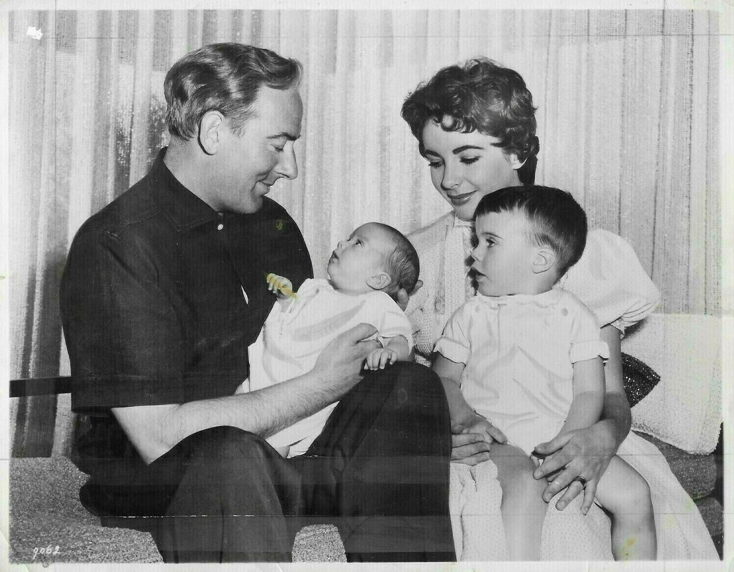 Elizabeth Taylor and her second husband Michael Wilding with their children Christopher Edward Wilding and Michael Wilding, Jr., September 1956. | Source: Wikimedia Commons