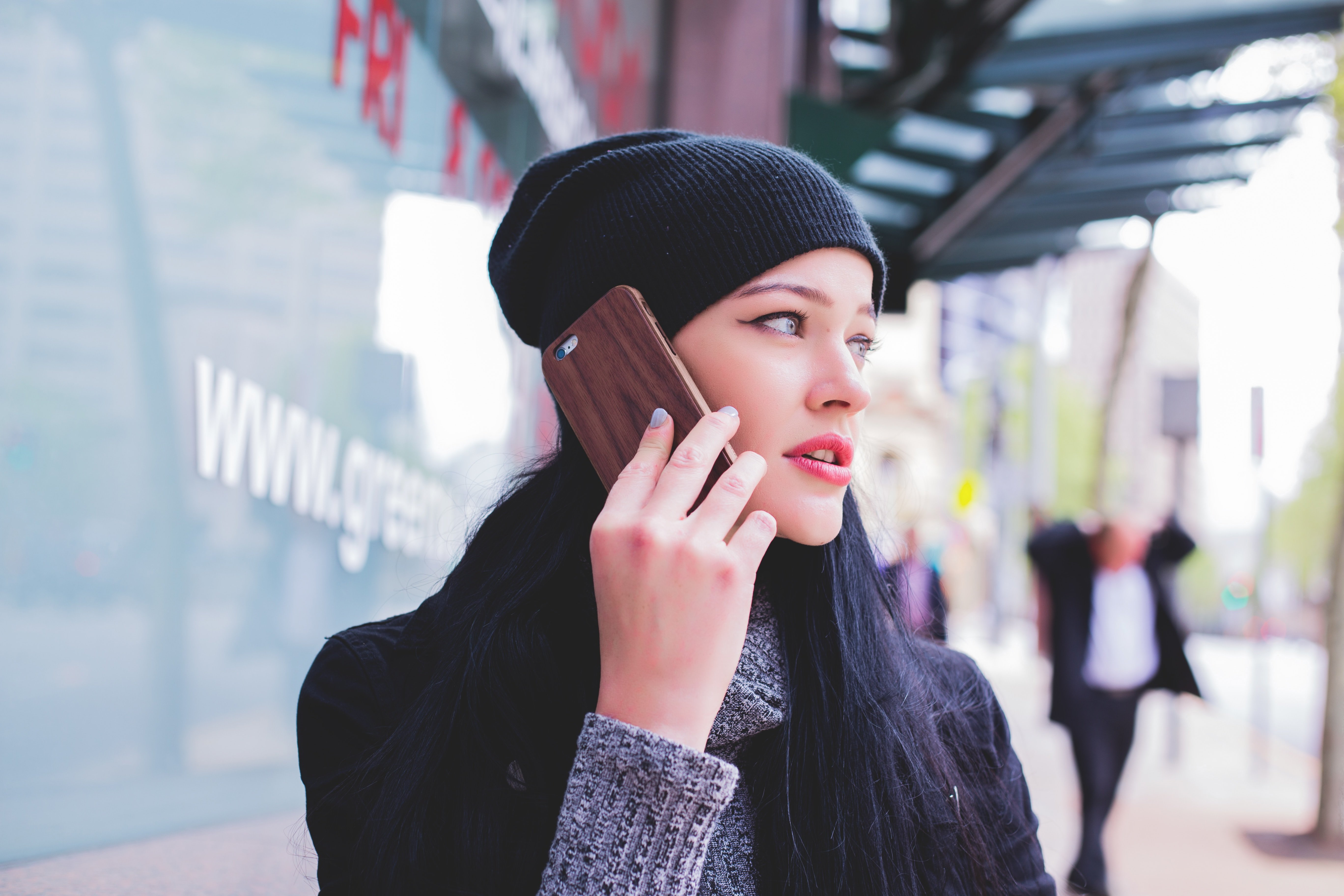 A woman on the phone. | Source: Unsplash