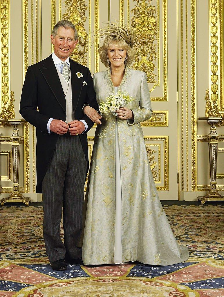 Prince de Galles et de sa nouvelle épouse Camilla, la Duchesse de Cornouailles, dans la salle blanche du salon du château de Windsor, le 9 avril 2005. | Source: Getty Images.