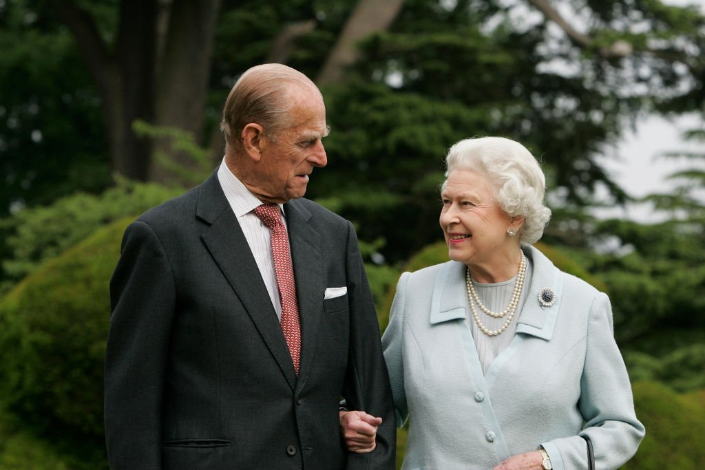 In this image, made available November 18, 2007, HM The Queen Elizabeth II and Prince Philip, The Duke of Edinburgh re-visit Broadlands, to mark their Diamond Wedding Anniversary | Photo: Getty Images