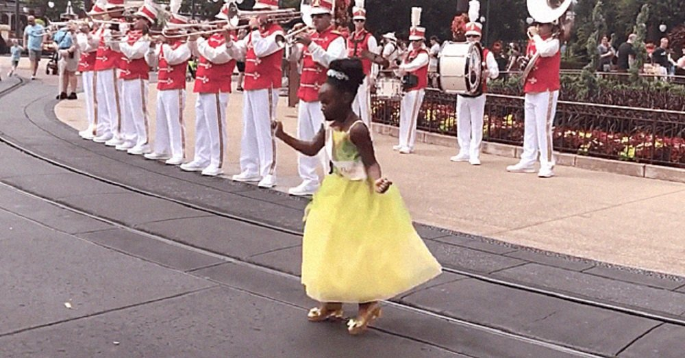 Sydney, the 8-year-old girl who dressed as Princess Tiana, dancing in Disney World. | Photo: Instagram/thoughtsofahomeschoolmom.
