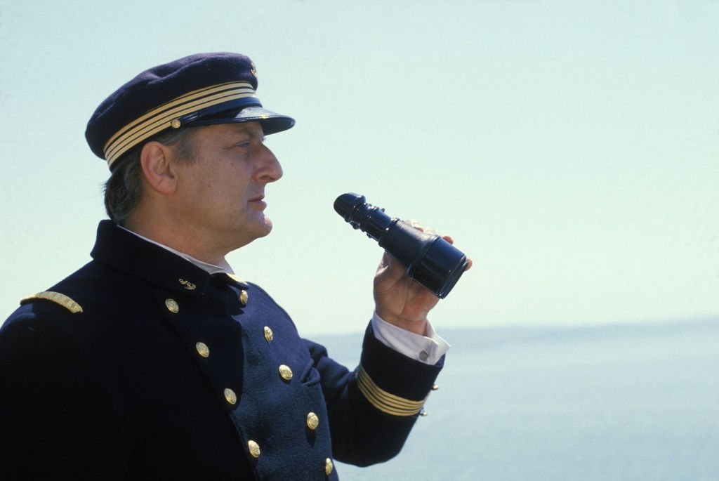 Bruno Cremer lors du tournage du film 'Le Matelot 512' réalisé par René Allio le 8 novembre 1984 à Lorient, France. | Photo : Getty Images