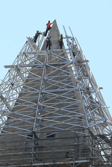 Construction workers repairing the stonework on top of the Washington Monument  that was damage during an earthquake on Aug. 23, 2011, Washington | Source: Getty Images
