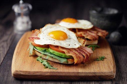 Jaja i slanina na hlebu sa povrćem za doručak