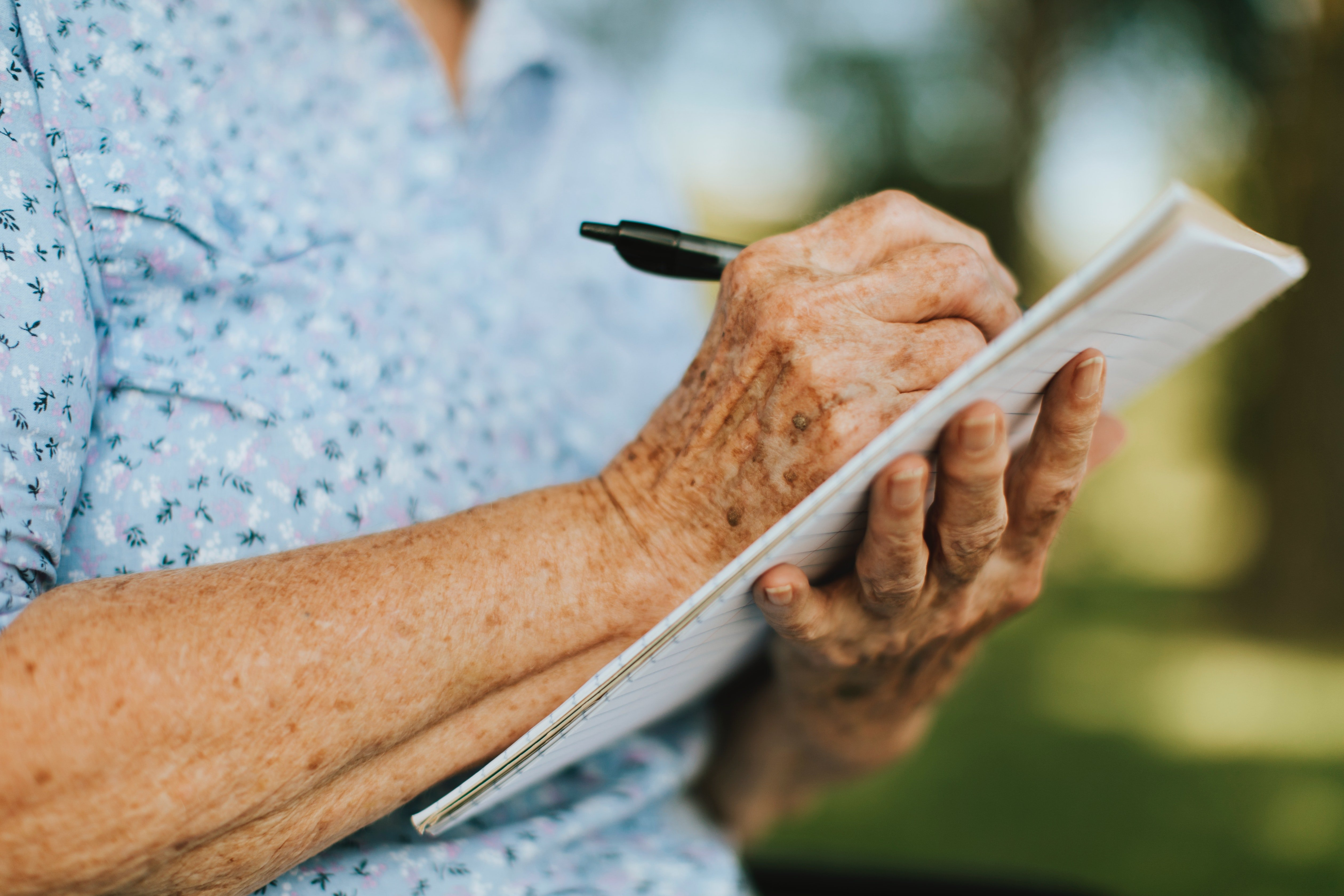 Old lady write on notebook | Photo: Pexels