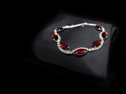 Diamond and Ruby bracelet. | Soure: Shutterstock.