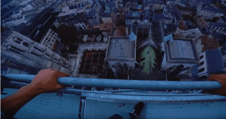 source : Les Chemineaux au sommet de la cathédrale | Youtube / Les Chemineaux