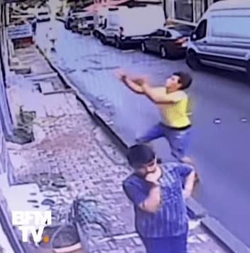 Un jeune homme dans la rue. | Photo :  youtube/BFMTV