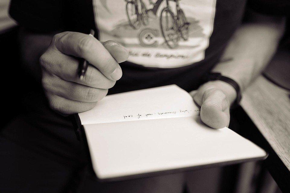 Persona escribiendo carta / Imagen tomada de: Pixabay