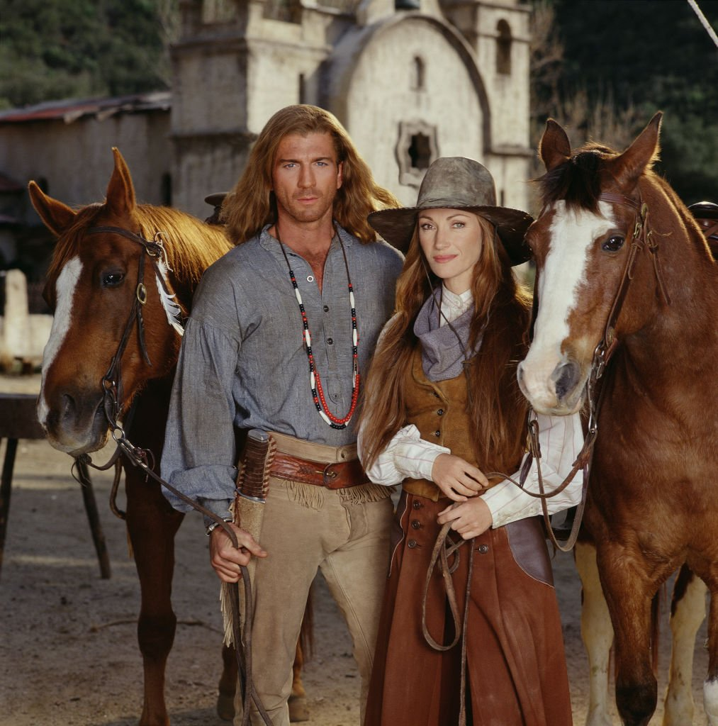 Jane Seymour and Joe Lando pose with horses for the made-for-tv movie 'Dr. Quinn, Medicine Woman: the Movie,' 1999 | Photo: Getty Images