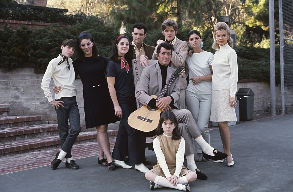 A 1966 family portrait of Dean Martin with his wife Jeanne and children (Gail, Craig, Claudia, Deana, Gina, Ricci and Dean Paul). | Photo: Getty Images